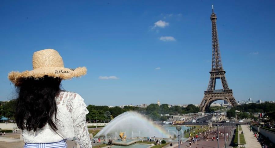 Mujer en la Torre Eiffel, en París