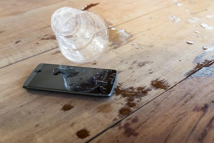 celular con agua
