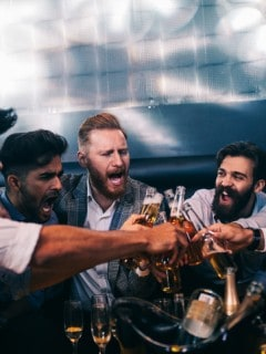 Gente tomando cerveza
