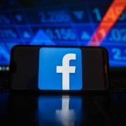 Celular con la aplicación de Facebook