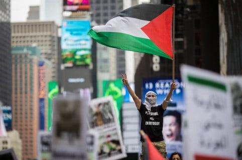 Manifestante con bandera de Palestina