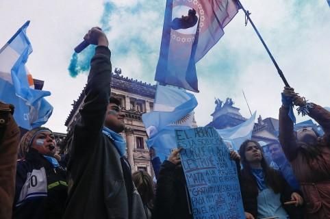 Grupos a favor y en contra de la ley del aborto se manifiestan en Buenos Aires