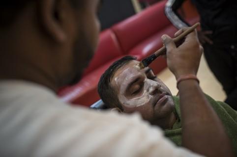 Hombre se somete a tratamiento de blanqueo de piel