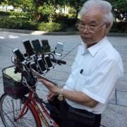 Abuelo usa 11 celulares para jugar Pokémon Go.