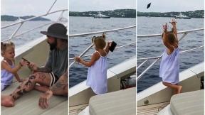 Niña lanza celular al mar.