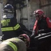 Levantamiento de cuerpos en el bus accidentado