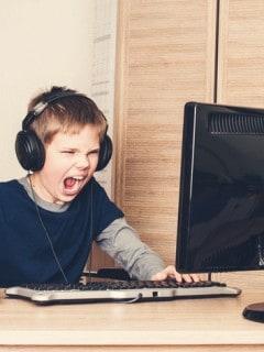 Niño hackeando