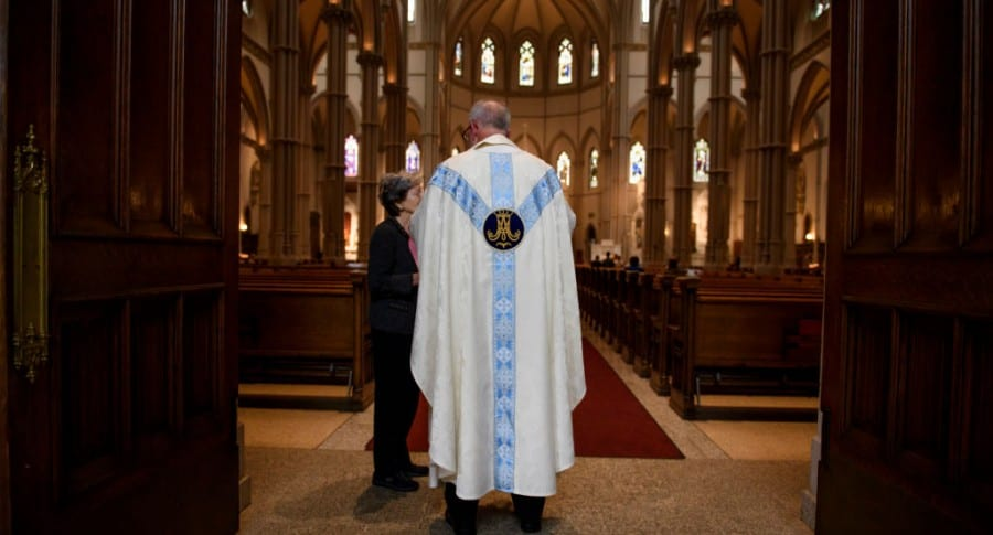 Sacerdote en iglesia de Pittsburgh, Pensilvania