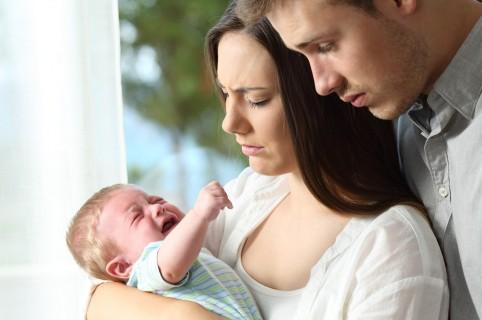 Papas y niño llorando