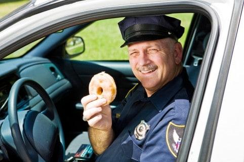 Policía comiendo dona
