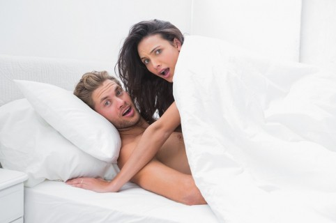 Pareja sorprendida en la cama