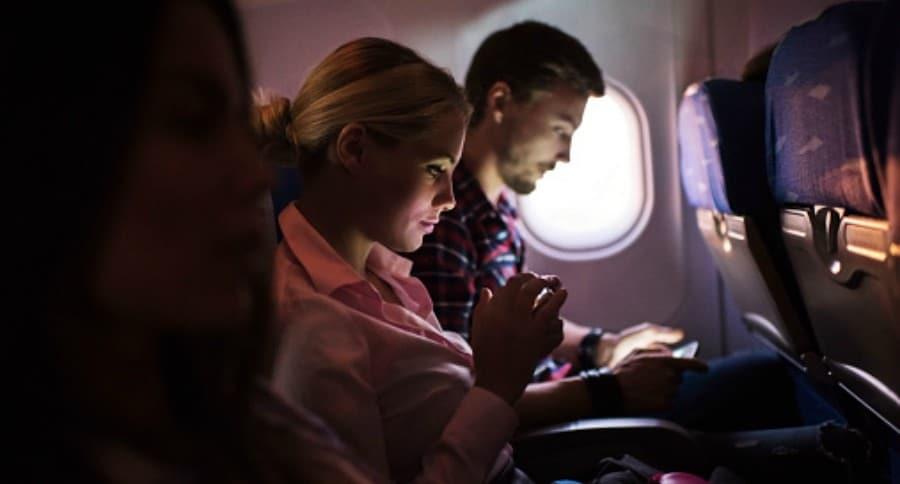 Usar el celular en el avión