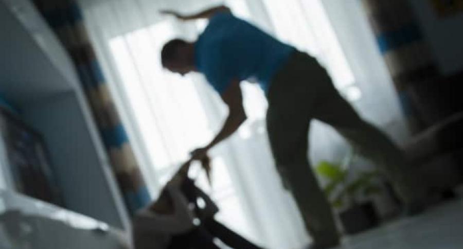 Hombre maltratando a mujer