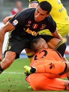 Cristiano Ronaldo choca con el arquero de Chievo Stefano Sorrentino.