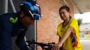 Nairo ayudando a un niño