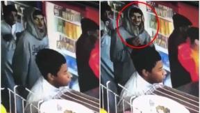 Ladrón roba celular.