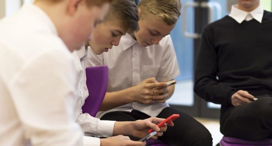 Estudiantes con teléfonos celulares