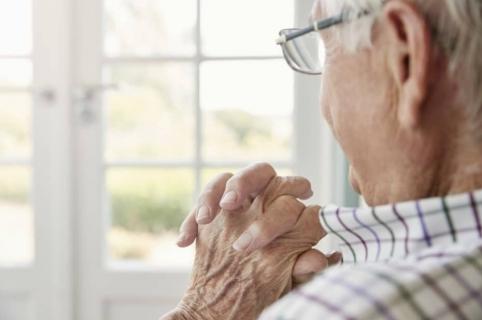 Anciano en casa.