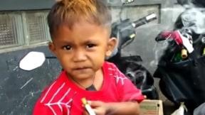 Niño de 2 años adicto al cigarrillo.