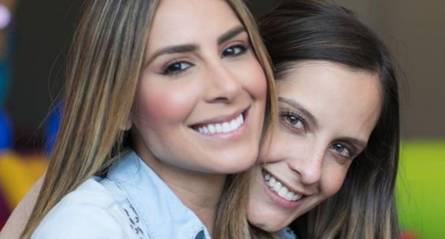 Carolina Soto y Laura Acuña, presentadoras.