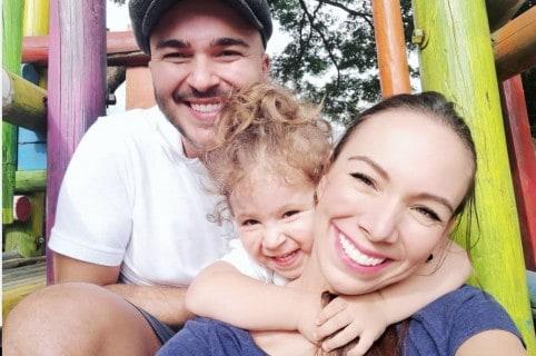 Carlos Montaño y Carolina Núñez, cantantes de Siam, con su hija Emilia.
