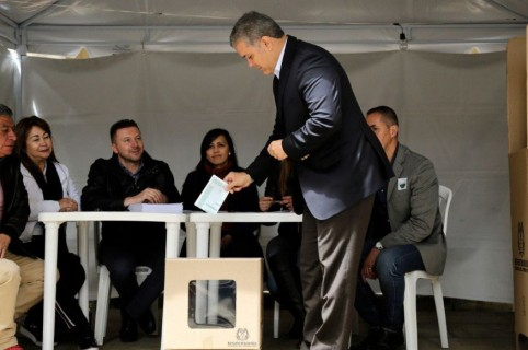 Iván Duque vota en consulta anticorrupción