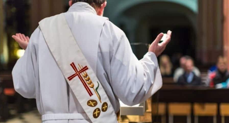 Sacerdote en iglesia