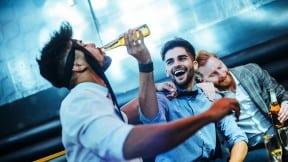 Hombres en fiesta