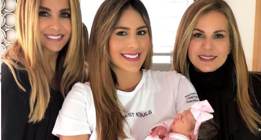Martha Cepeda y Carolina Soto, presentadora, con su mamá Jacky Elkhoury y su hija Violetta.
