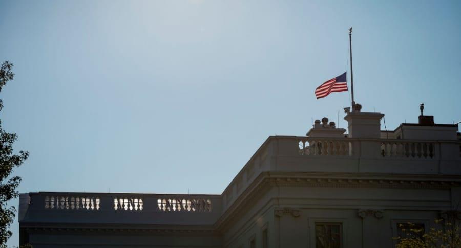 Bandera a media asta en la Casa Blanca