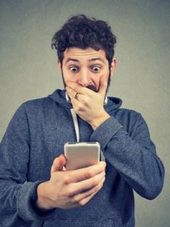 Hombre sorprendido con un celular