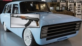 Fusil Kalashnikov sobre carro eléctrico