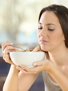 Mujer comiendo cereal