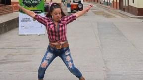 Mujer santandereana bailando