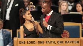 Ariana Grande y obismo Charles Ellis III