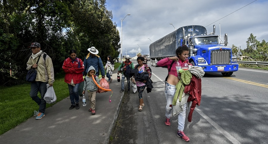Venezolanos caminando por carreteras