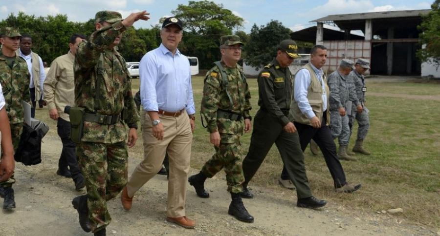 Iván Duque caminando con militares