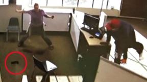 Ladrón deja caer la pistola.