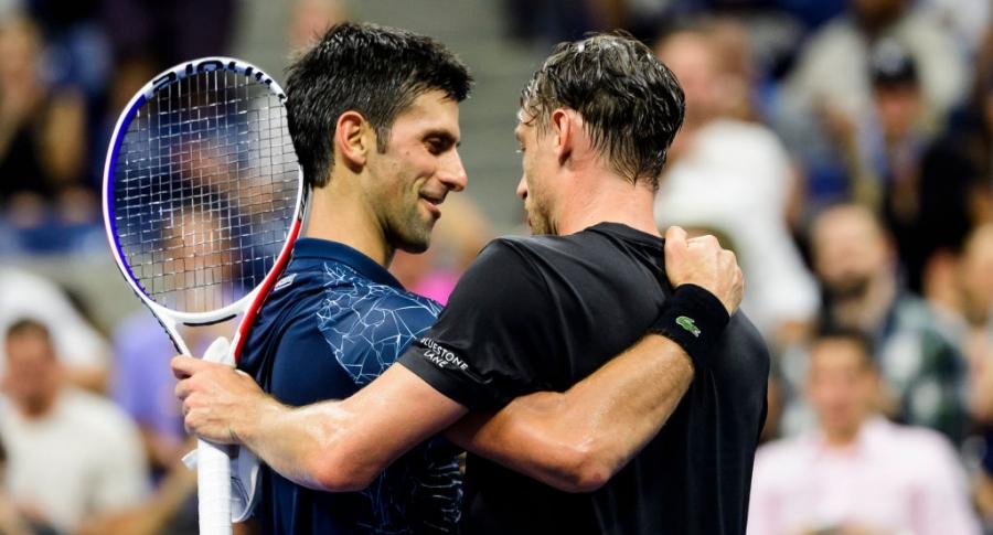 Novak Djokovic abraza a John Millman