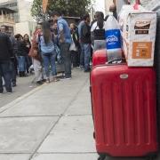 Migrantes venezolanos en la embajada de Venezuela en Lima.