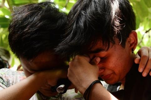 Miembros de la comunidad LGTB de India celebran, conmovidos, frente a la sede del Tribunal Supremo