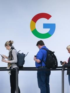 Personas frente a logo de Google