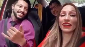 Imágen de los jóvenes dentro del carro