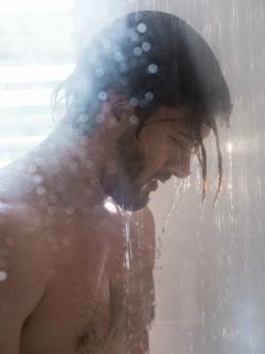 Hombre duchándose.