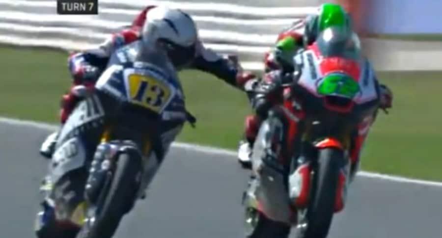Motociclista frena a su rival.
