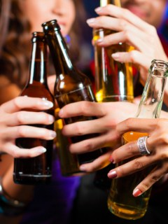 ¿Por qué la cerveza no se vende en botellas plásticas como los jugos y las gaseosas?