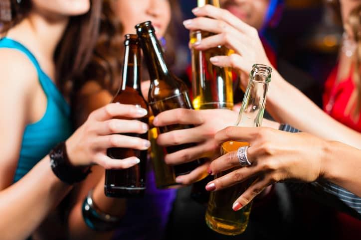 Personas con botellas de Cerveza