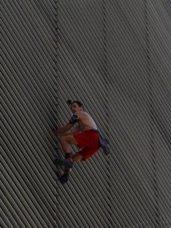 Hombre araña ruso trapando edificio en Medellín