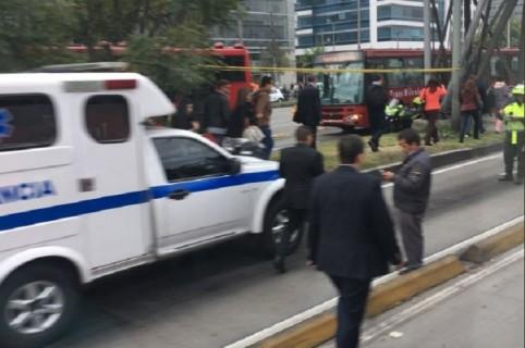 Choque simple entre bus de TM y ambulancia