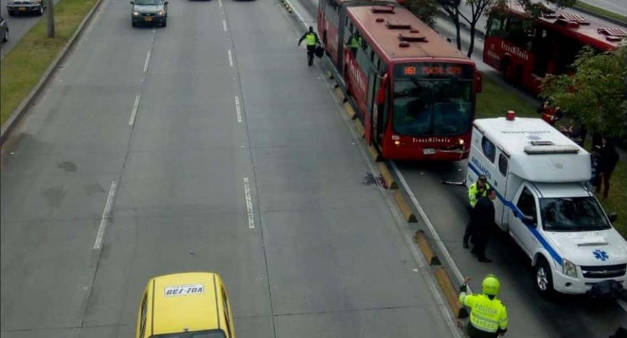 Choques entre 2 buses de Transmilenio con ambulancia y carro particular